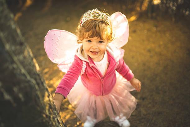 kleines mädchen in schönen kostümen mit flügel - prinzessinnen tutu stock-fotos und bilder