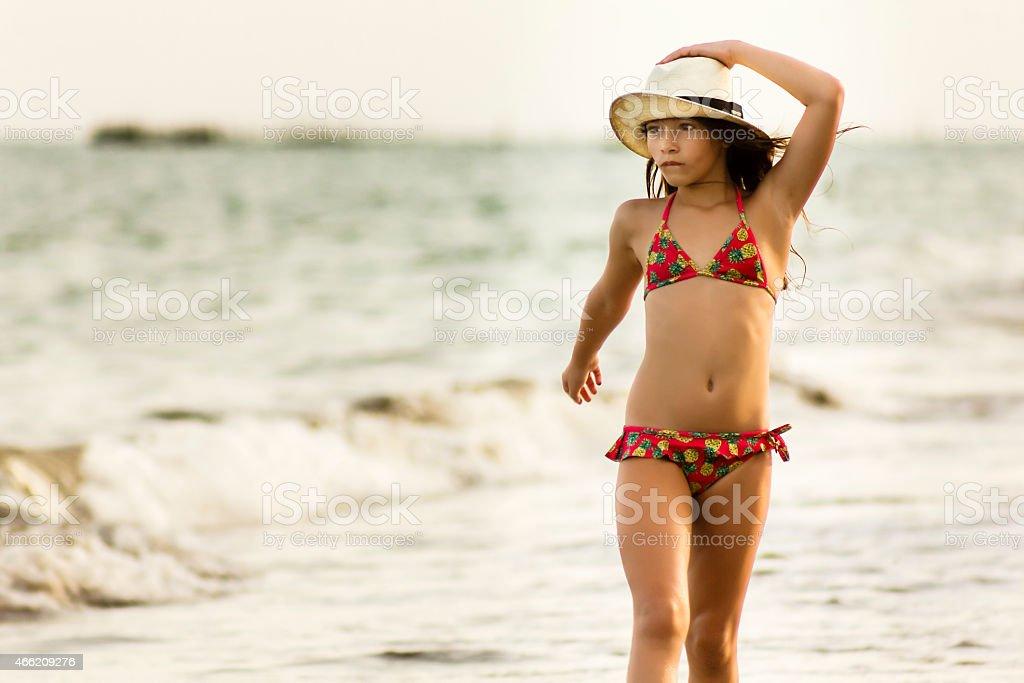 Playa Poco Con Sombrero En La Stock Paja Bikini Chica Foto De tdxohrsQCB