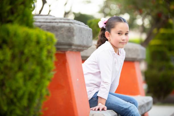 niña de jeans azules y blusa - gerardo huitrón fotografías e imágenes de stock