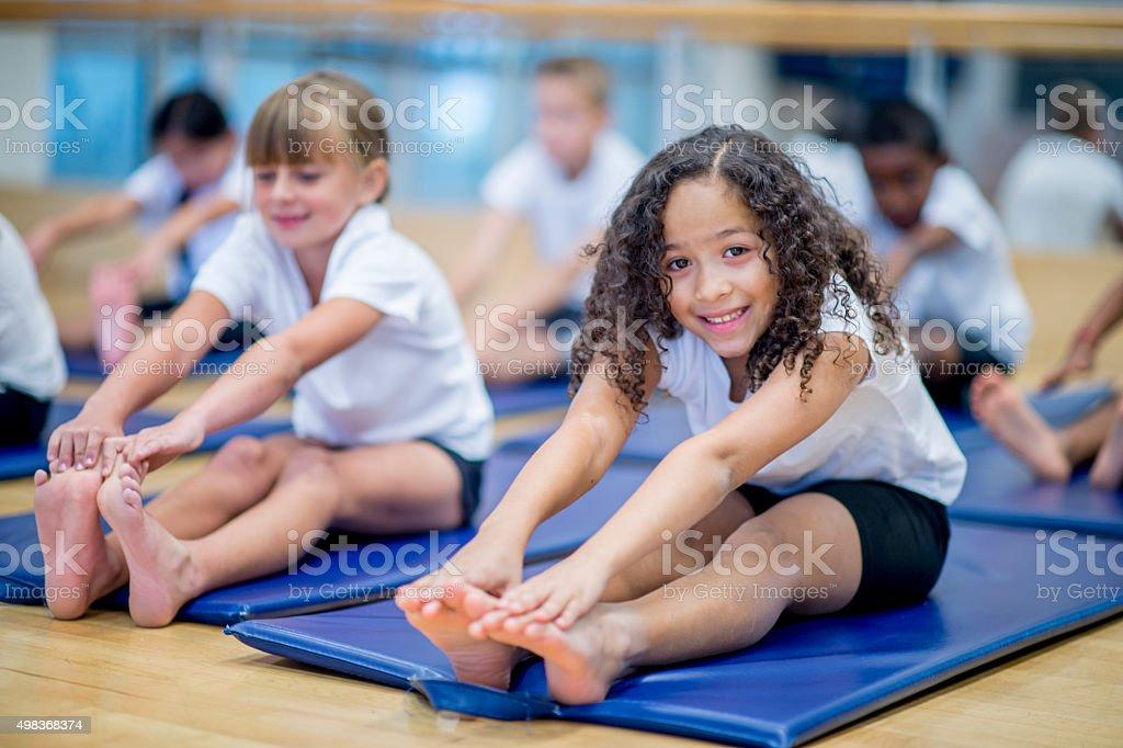 Little Girl clase en gimnasio - foto de stock