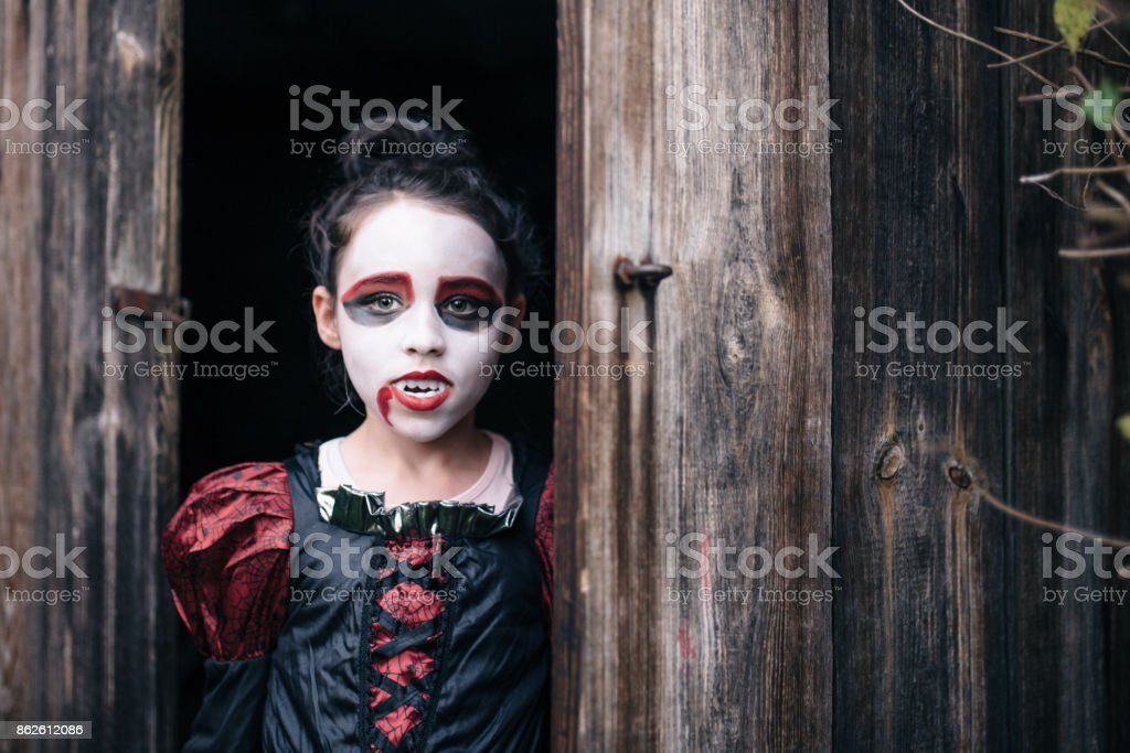 [Bild: little-girl-in-halloween-vampire-costume...d862612086]