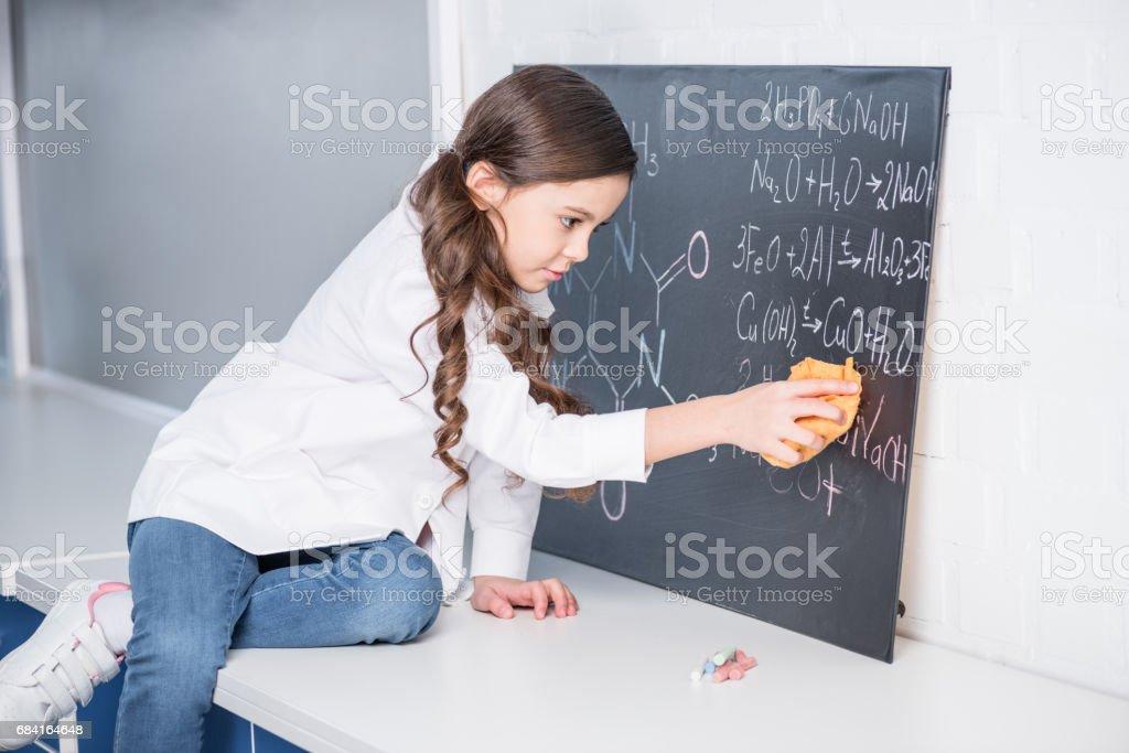 Petite fille en laboratoire photo libre de droits