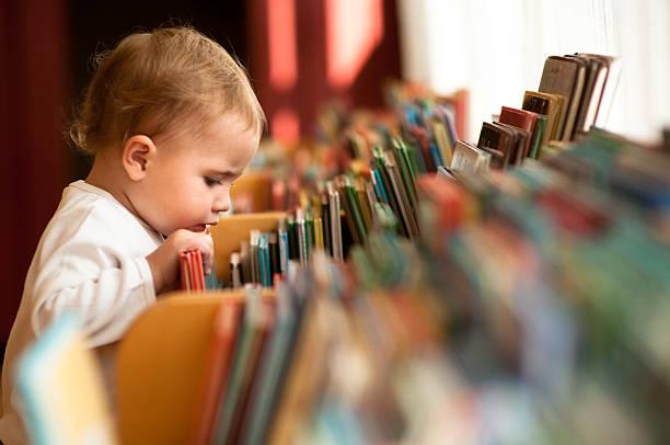 bambina in libreria - fiaba foto e immagini stock