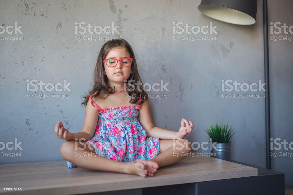 Niña en postura de loto - foto de stock