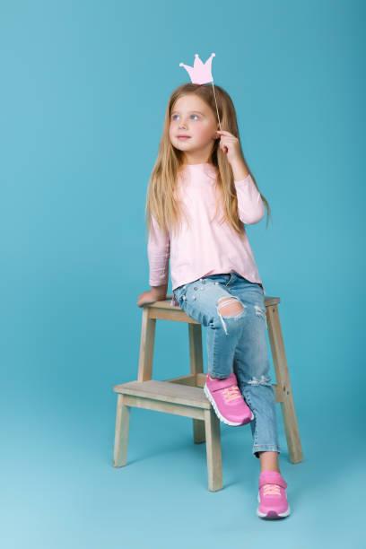 kleines mädchen in rosa pullover - prinzessinnenschuhe stock-fotos und bilder