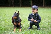 警察衣装とドーベルマンの相棒の少女