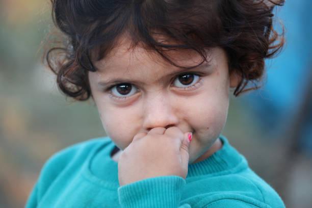 petite fille dans le camp de réfugiés - jeunes arabes photos et images de collection
