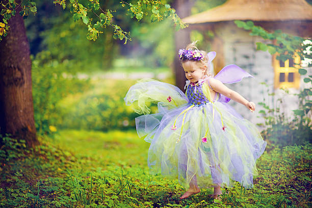 kleines mädchen in der sommer - elfenkostüm damen stock-fotos und bilder
