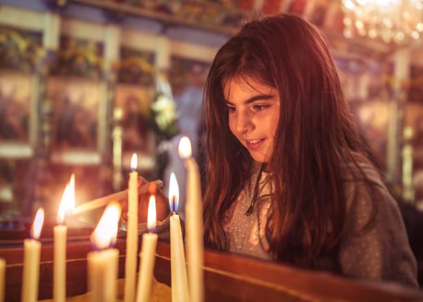 Kleines Mädchen in der Kirche – Foto