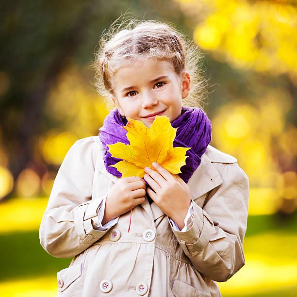 Outdoor Portrait von kleinen Mädchen Holding gelbe Ahorn Blätter – Foto