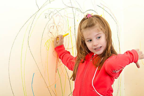 Menina está pintura na parede - foto de acervo