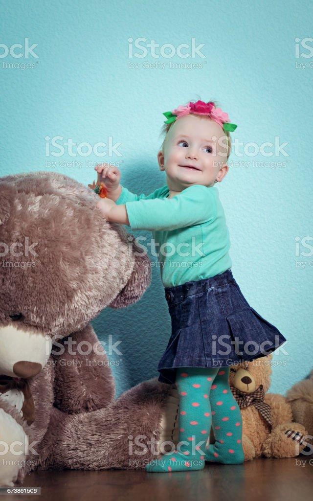 Küçük kız oyuncakları ile oynarken. royalty-free stock photo