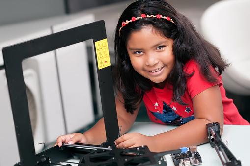 Bambina Che Impara E Lavora A Mani Su Costruendo Una ...