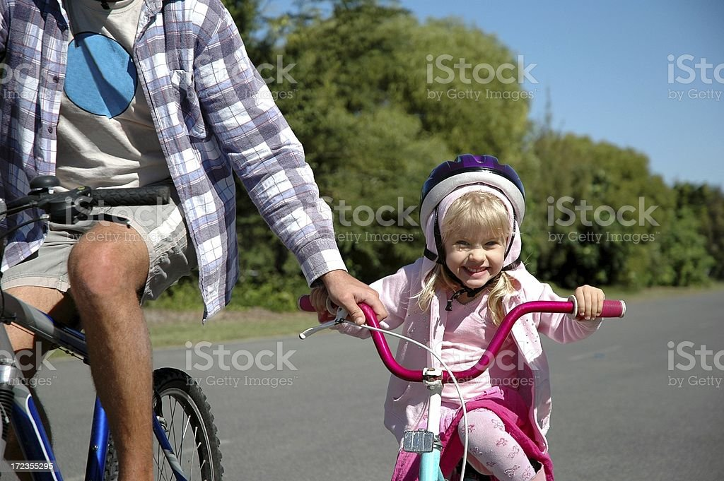 Little Girl aprender a Bike Ride foto de stock libre de derechos