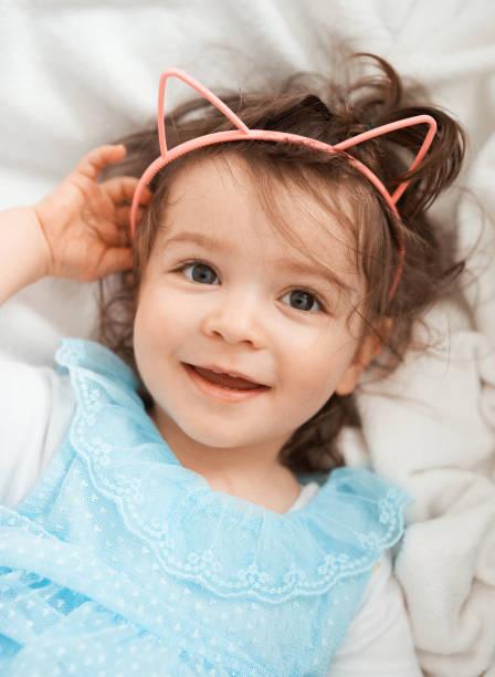 Kleines Mädchen, kleines Kätzchen – Foto
