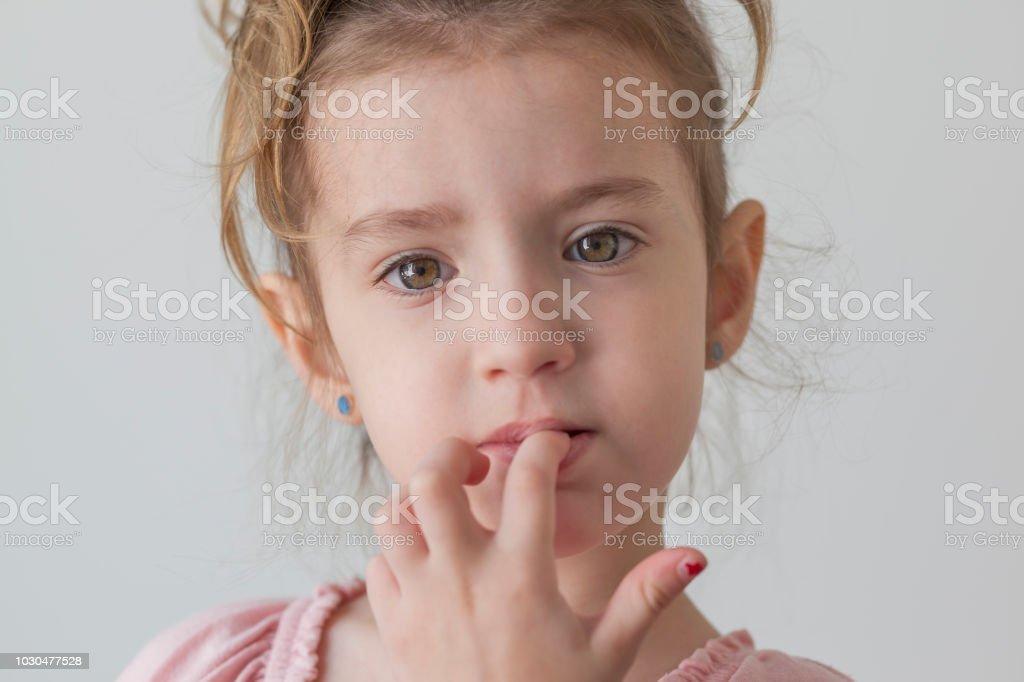 Kleines Mädchen Blick in die Kamera, die Fingernägel beißen – Foto