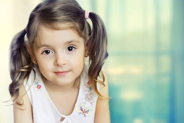 kleines mädchen blick in die kamera.   kleines kind nahaufnahme auf den hintergrund. - mädchen vorhänge stock-fotos und bilder