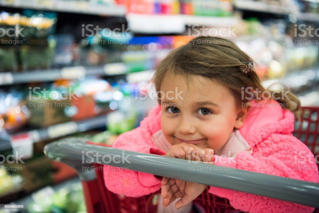 Bambina guardando la telecamera - foto stock