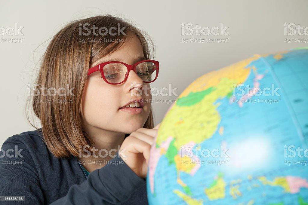Bambina cercando un luogo per il mondo - foto stock