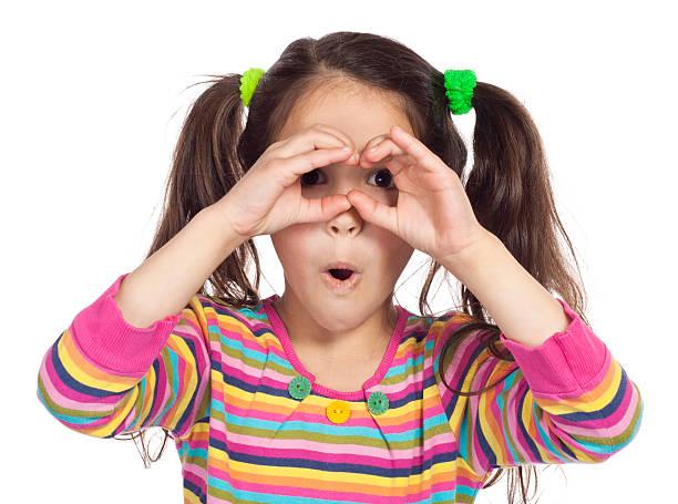 kleines mädchen durch imaginäre fernglas suchen - peeping tom stock-fotos und bilder