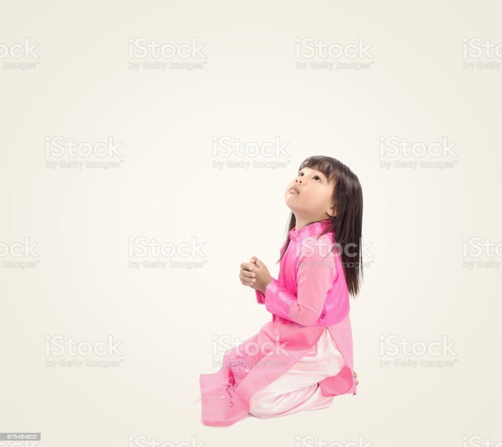 yukarıya bakıp minnetle dua küçük kız royalty-free stock photo
