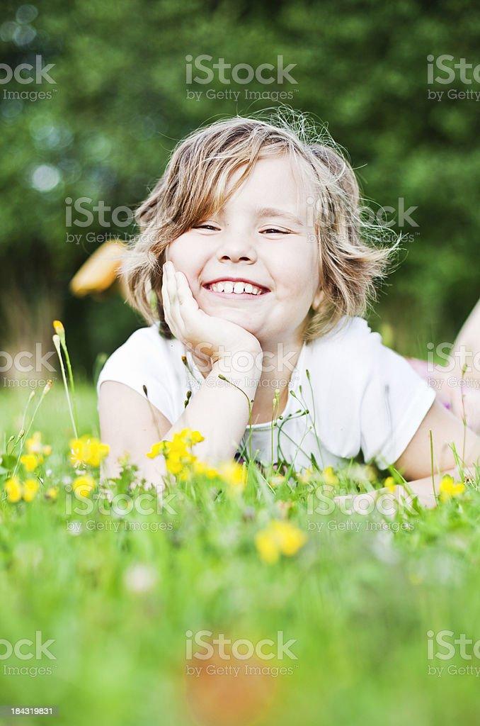 Kleines Mädchen liegen auf dem Rasen – Foto