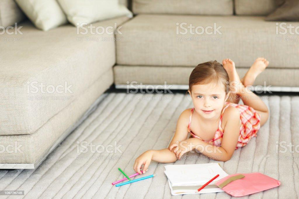 Little Girl Lying On Habitación Familiar Piso Y Colorante ...