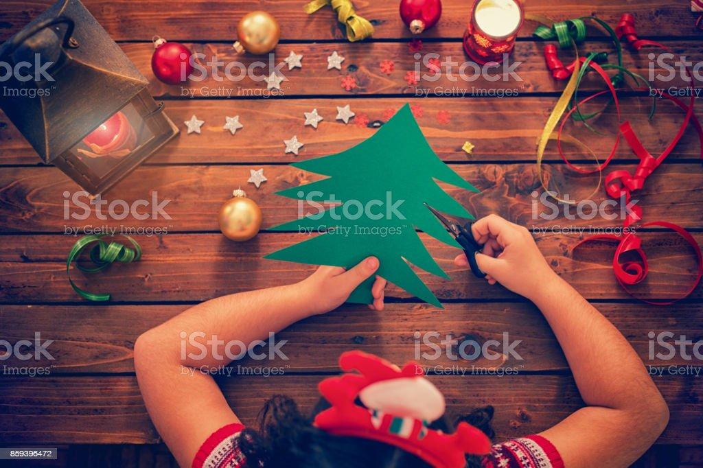 Pequena garota fazer cartão de Natal - foto de acervo