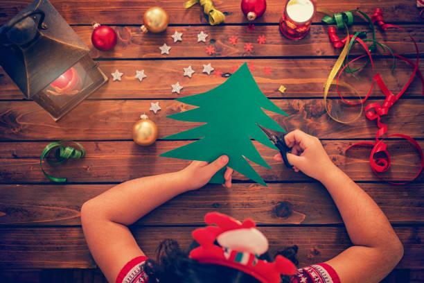 kleine mädchen machen weihnachtskarte - basteln mit kindern weihnachten stock-fotos und bilder