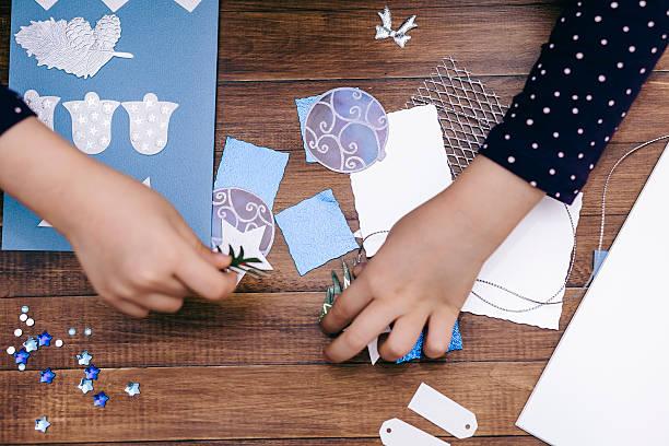 kleines mädchen macht weihnachten karten - basteln mit kindern weihnachten stock-fotos und bilder