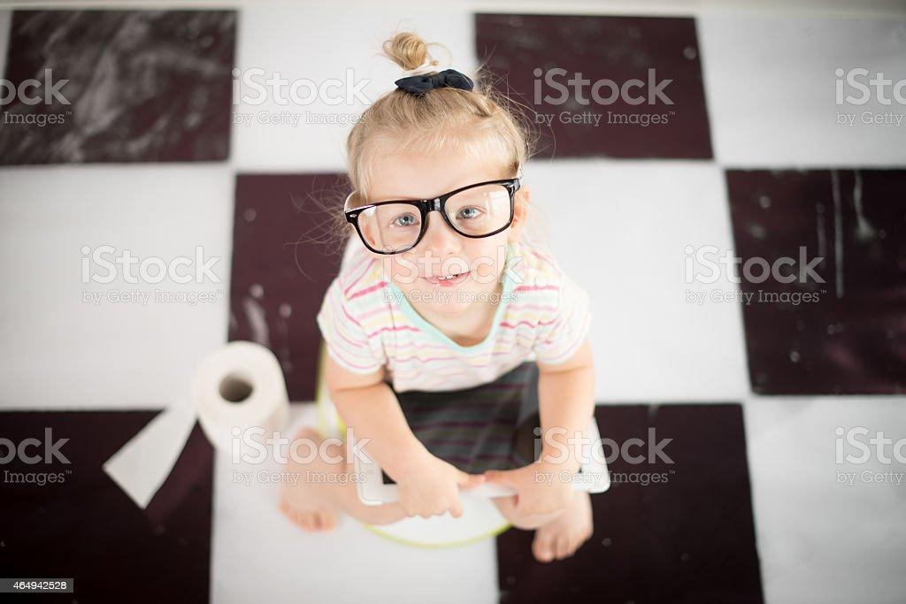 Kleines Mädchen auf einem Töpfchen mit digitalen tablet – Foto