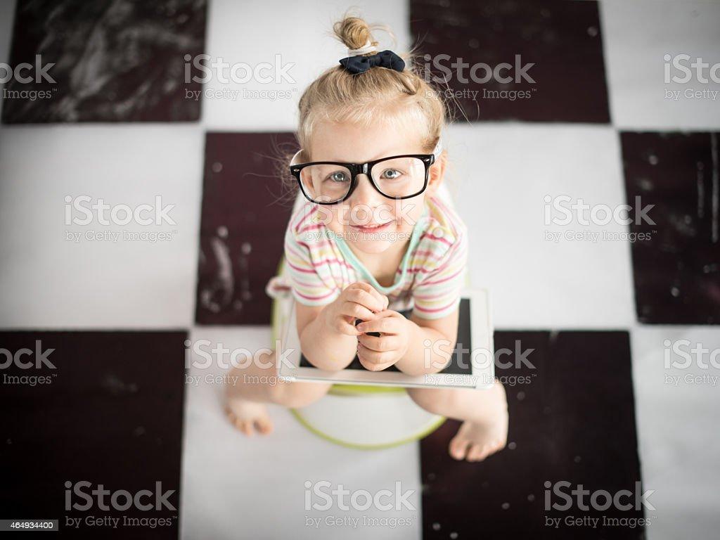Niña en un orinal de niño con tablet PC - foto de stock