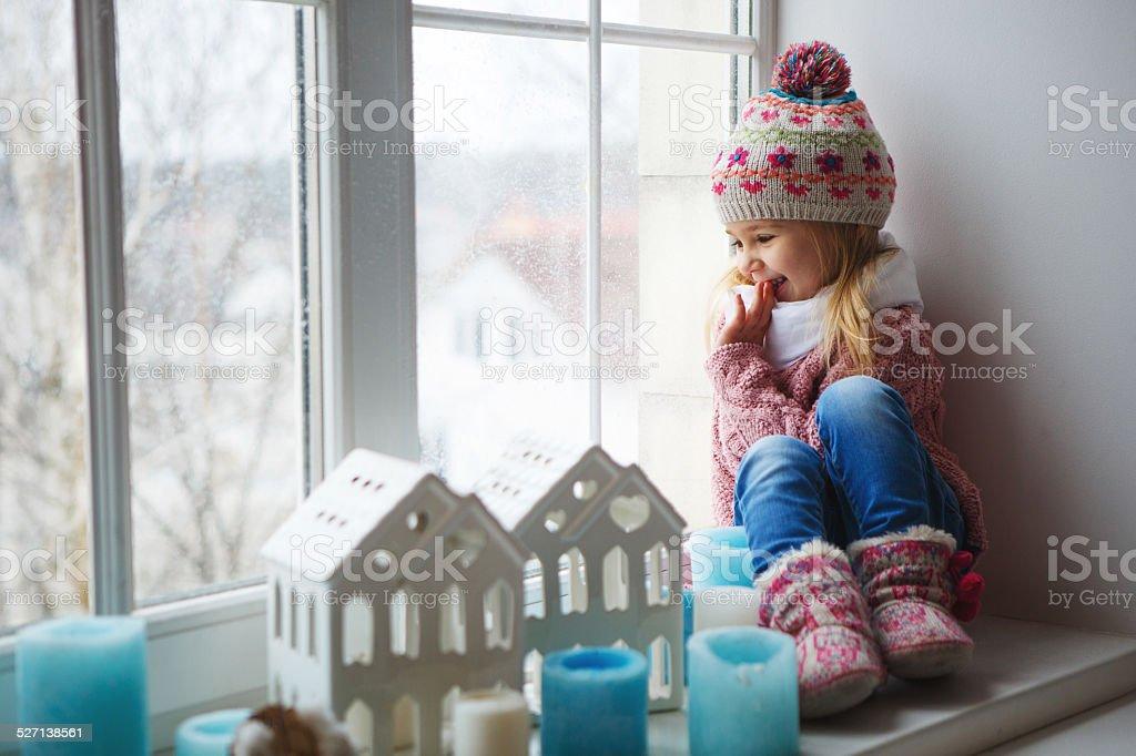 Kleines Mädchen auf eine Fensterbank – Foto