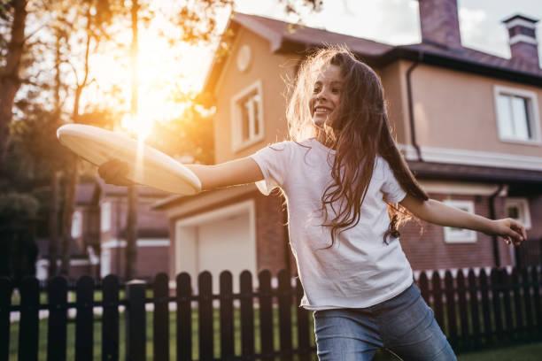 Kleines Mädchen auf Hinterhof – Foto
