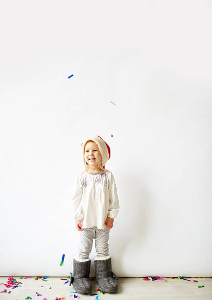 kleines mädchen am heiligabend - kinder winterstiefel stock-fotos und bilder