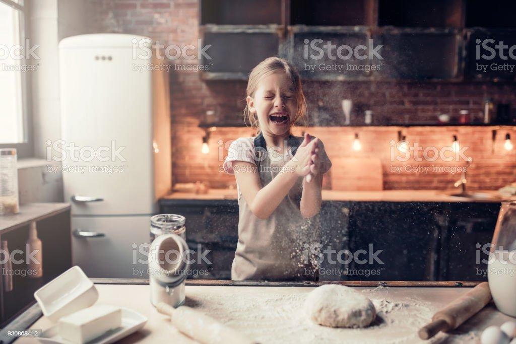 Petite fille de cuisine - Photo