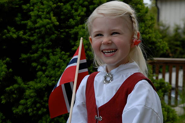 little girl on norwegian constitution day - vroegmoderne tijd stockfoto's en -beelden