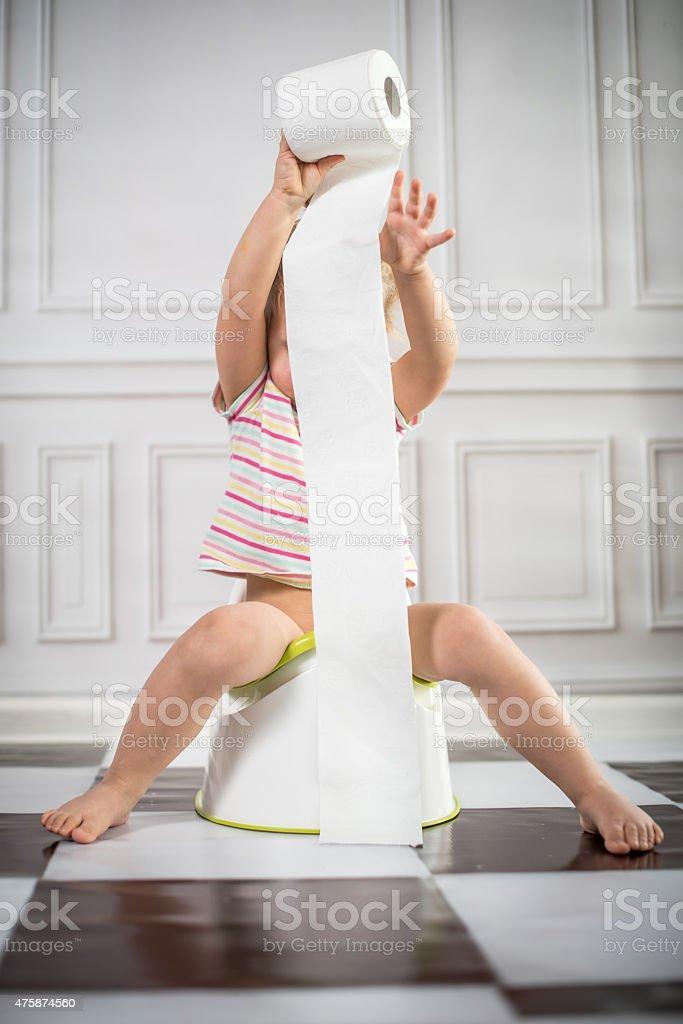 Little girl on orinal de niño - foto de stock