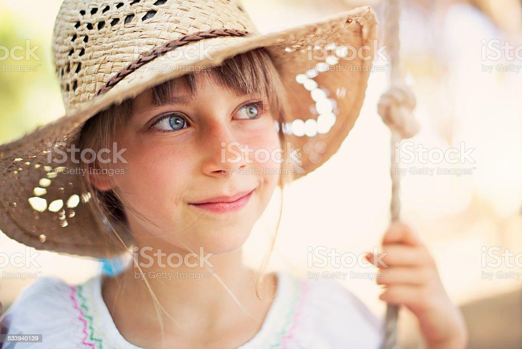 Kleines Mädchen auf Schaukel – Foto