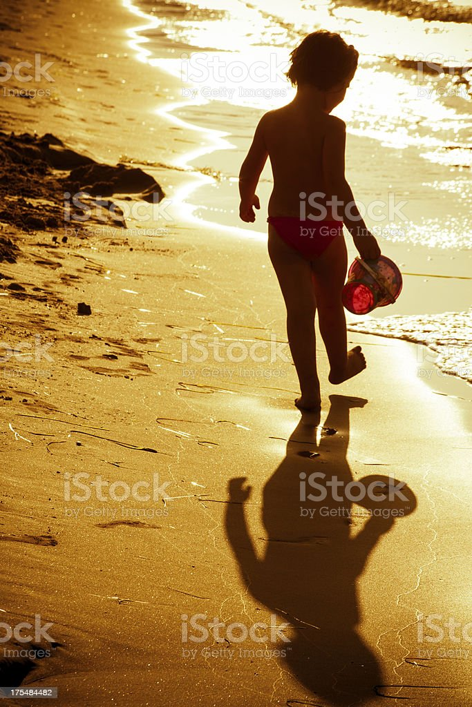 Kleines Mädchen am Strand – Foto