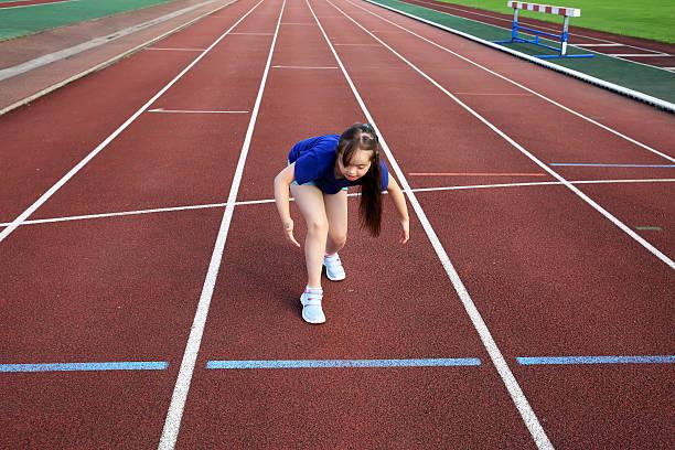 Little girl on the start on the stadium - foto stock