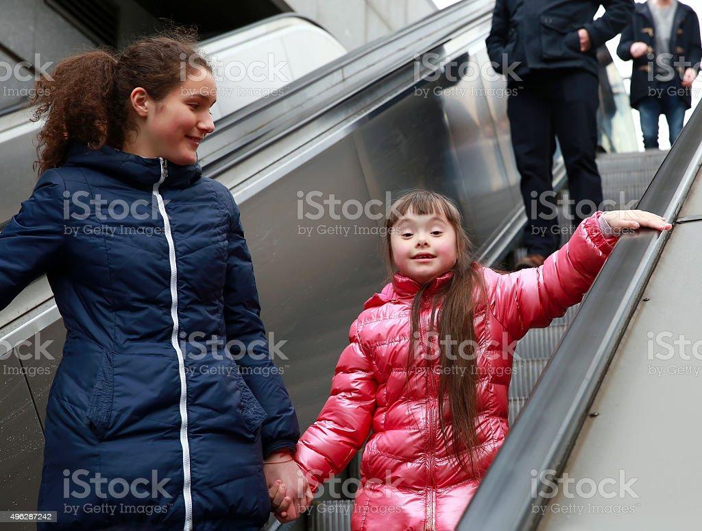 Kleines Mädchen, die zu Fuß in die Stadt – Foto