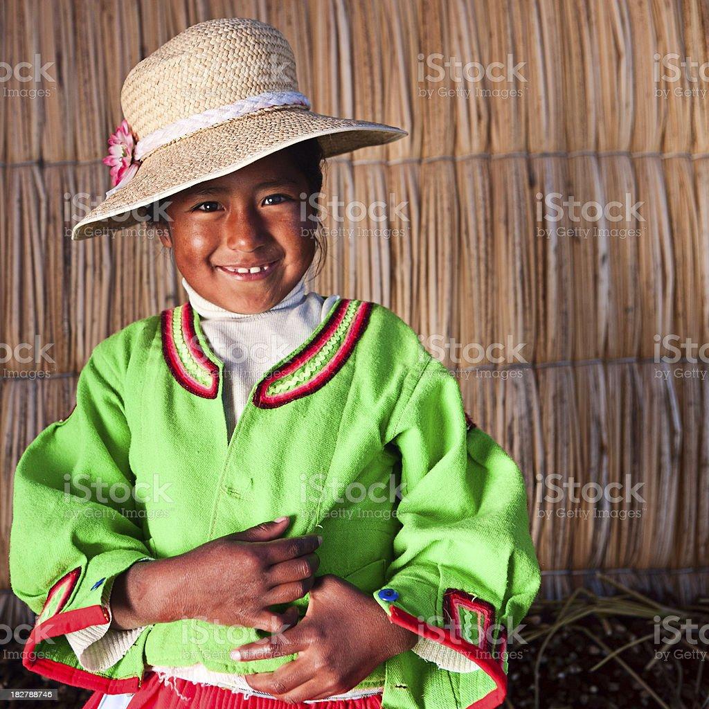 Menina na Uros ilha flutuante - foto de acervo