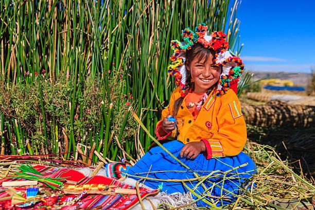 小さな女の子ウロス島のお土産を販売する、湖 tititcaca - チチカカ湖 ストックフォトと画像