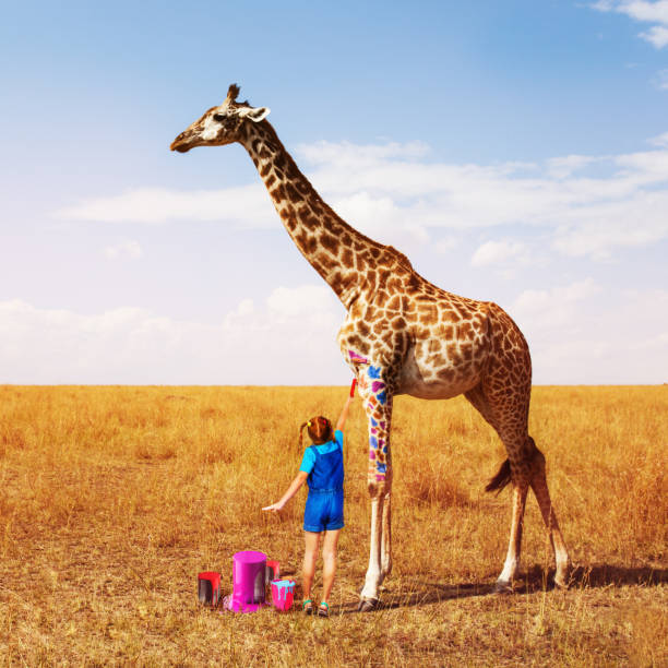 Kleine Mädchen malen Giraffe in viele Farben – Foto