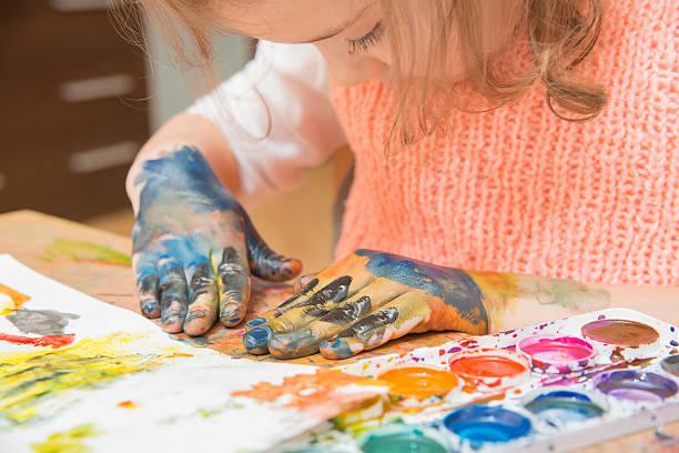 kleines mädchen malerei - fingerfarben stock-fotos und bilder