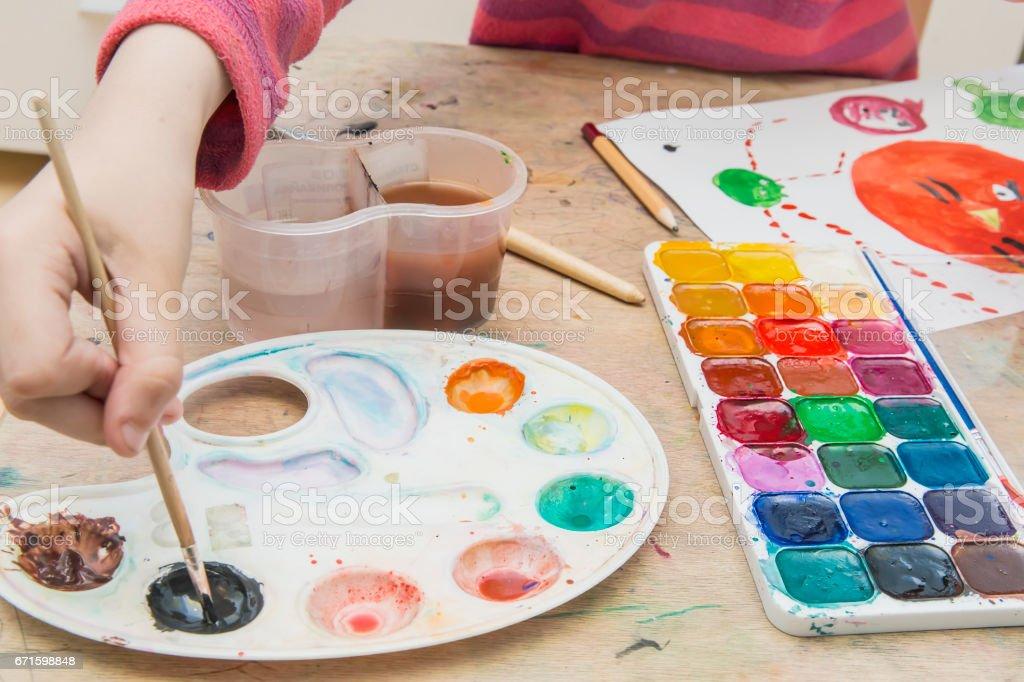 Kleines Mädchen Malerei – Foto
