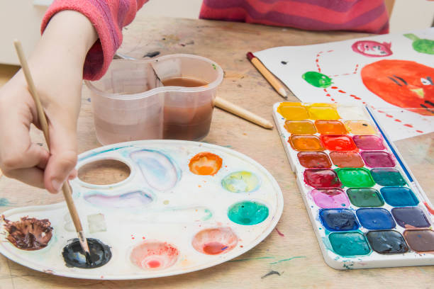 niña pintura - clase de arte fotografías e imágenes de stock