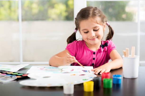 kleines mädchen malerei bild - lustige babybilder stock-fotos und bilder
