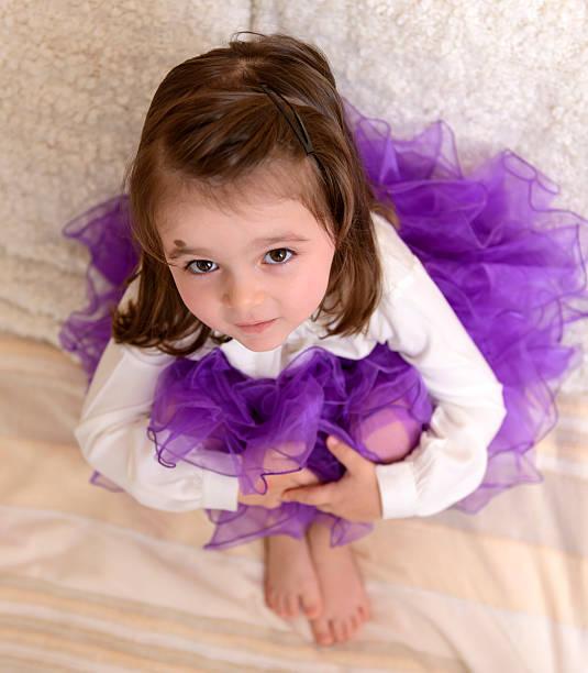 kleines mädchen - lila mädchen zimmer stock-fotos und bilder
